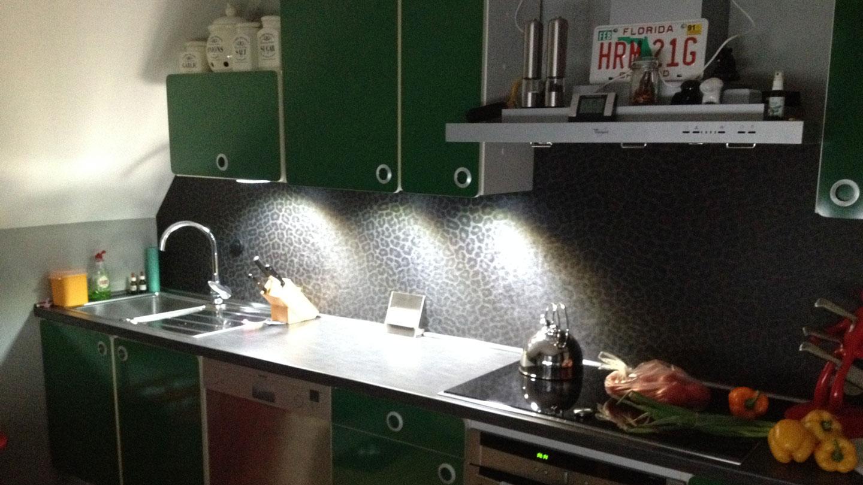 Original 70er Jahre Küche (mit modernen Lichtelementen) - alles etwas kleiner.